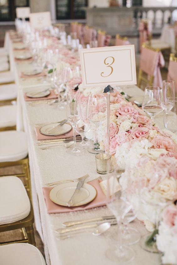 Tischläufer aus Rosenblüten - Hochzeit Tischdekoration
