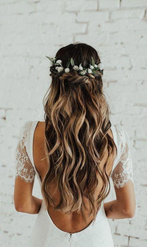 Sanfte Wellen mit Blumenkranz - Hochzeitsfrisuren lange Haare
