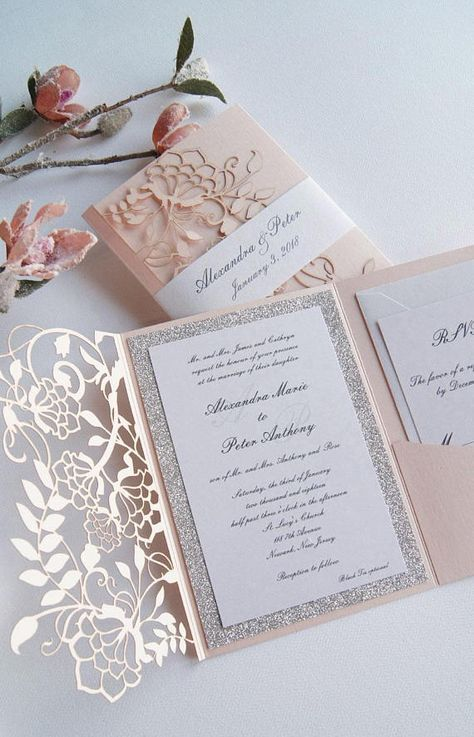 Hochzeitseinladungen mit filigranen Papiermotiven
