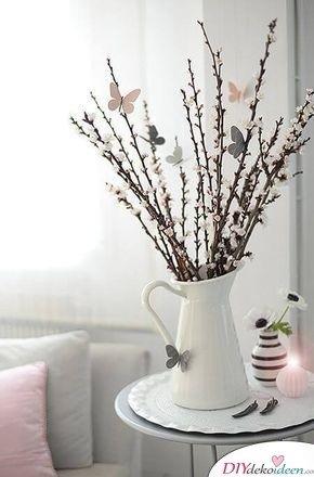 Frühlingstisch dekorieren – Filzschmetterlinge und blühende Zweige
