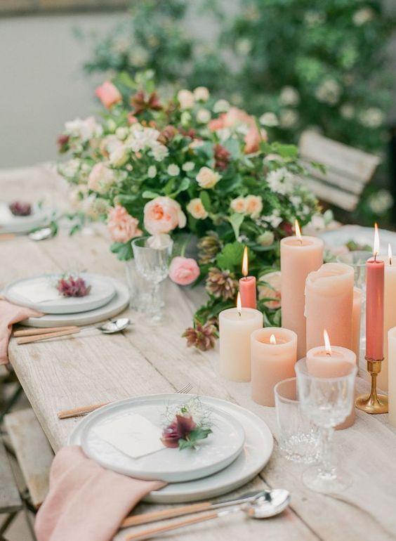 Langes Blumenarrangement mit Kerzen - Hochzeit Tischdeko selber machen
