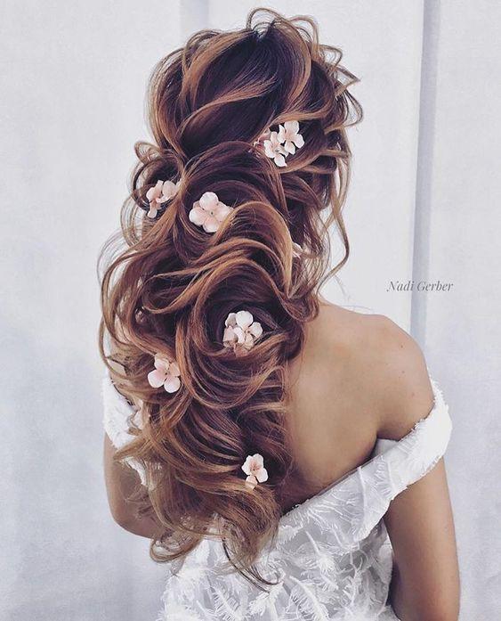 Offene Frisur mit Blümchen - Hochzeitsfrisuren lange Haare