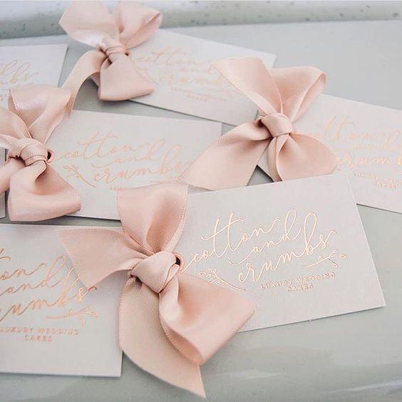 Hochzeitskarten selbst gestalten - Gold und romantische Schleifchen