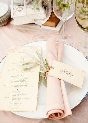 Stilvolle Hochzeitsservietten mit Blättchen