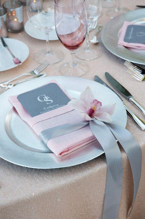Elegante Servietten falten für die Hochzeit mit Orchideen