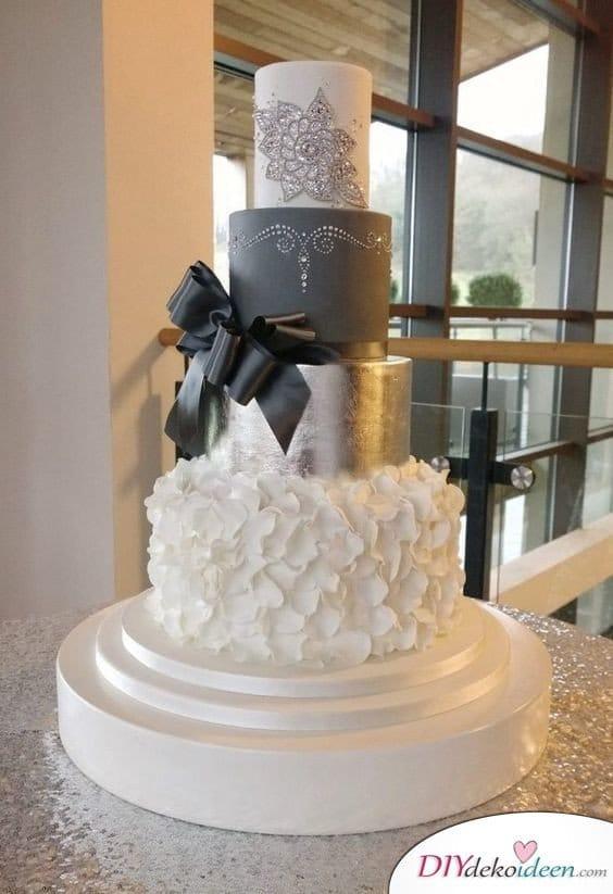 Deko Ideen für Silberhochzeit – verzierte Torte