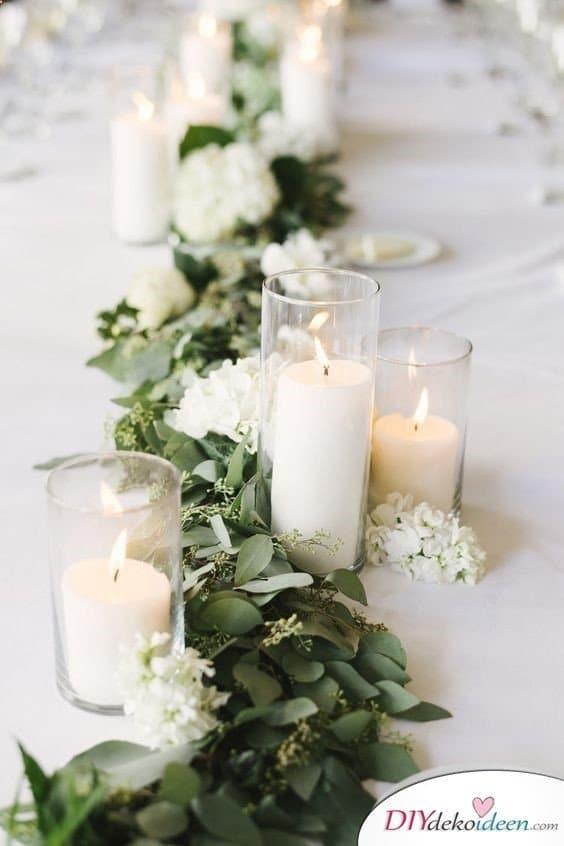 Tischdekoration zur Silberhochzeit mit Kerzen und Blättern