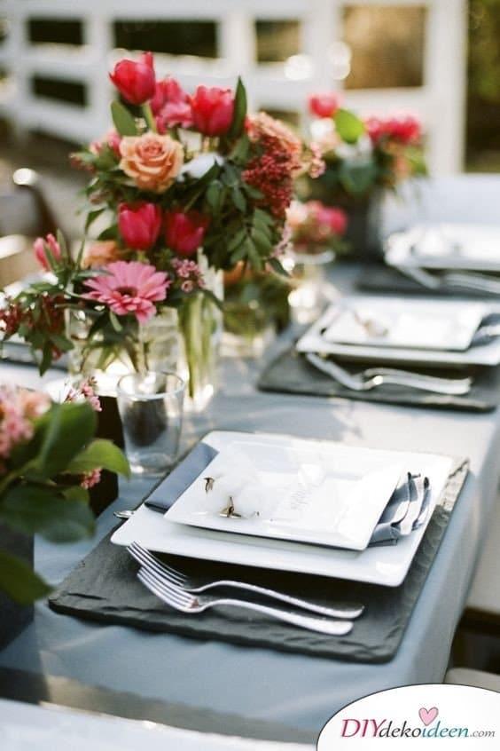 Tischdekoration zur Silberhochzeit mit Blumen