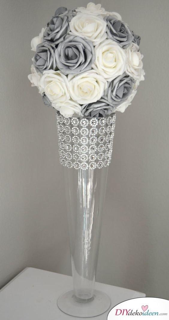 Hohe Vase mit Sträußchen für die Tischdeko zur silbernen Hochzeit