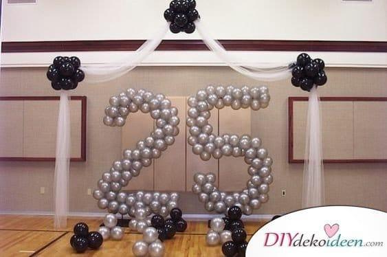 Große 25 aus Luftballons – Deko zur silbernen Hochzeit
