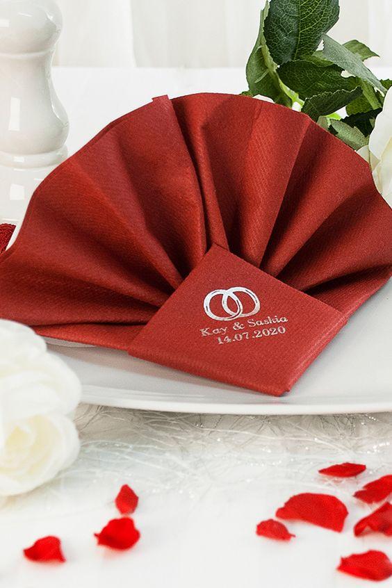 Bedruckte Servietten falten für die Hochzeit