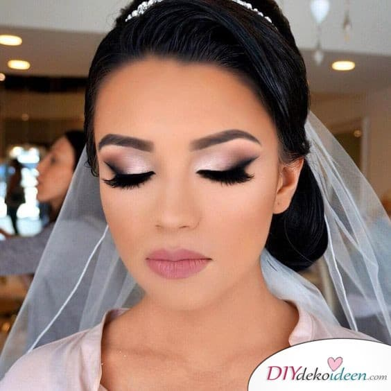 Auffallendes Augen-Make-up schminken für die Hochzeit