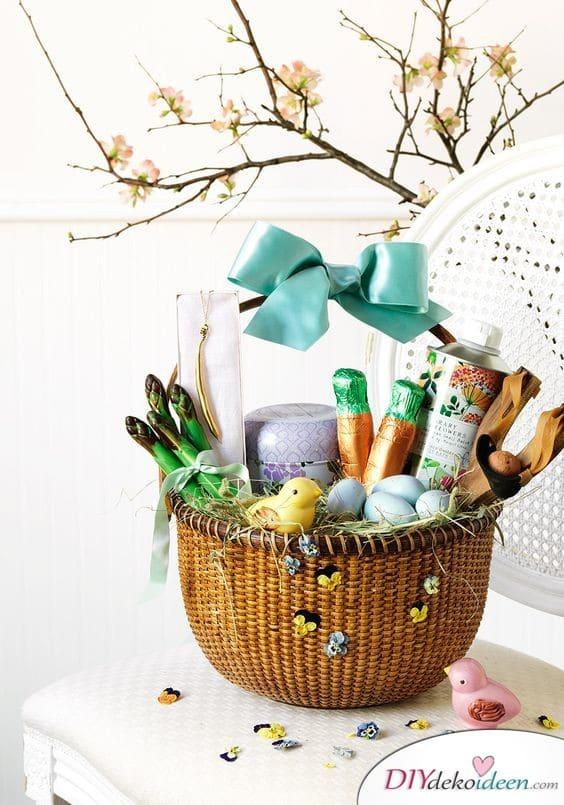 Mit Blümchen geschmückter Präsentkorb - Ostergeschenke für Erwachsene