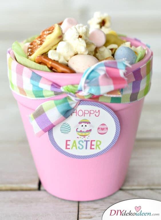 Mit Süßigkeiten gefüllter Blumentopf - kleine Geschenke für Kinder