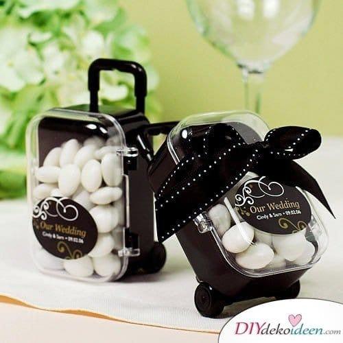 Hochzeitsgeschenke für Gäste – Reisekoffer mit Schokolinsen
