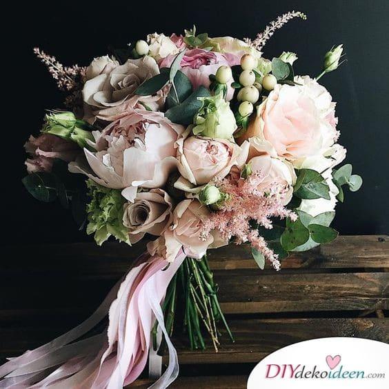 Hochzeitsstrauß in gedeckten Farben