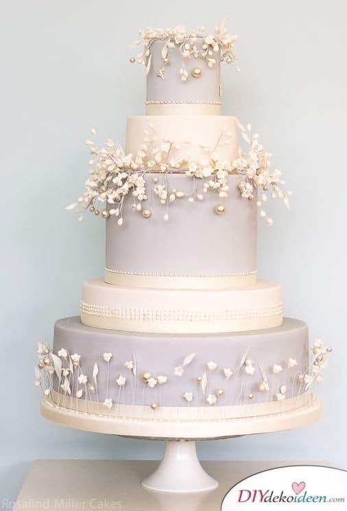Hochzeitstorte dekorieren mit Zuckerperlen und Blümchen