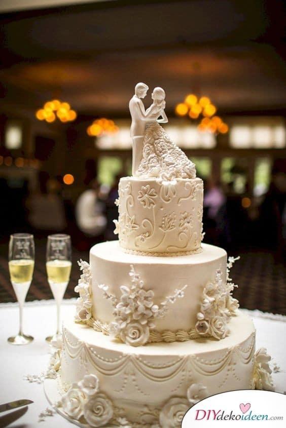 Romantische Torte mit Hochzeitstortenfiguren