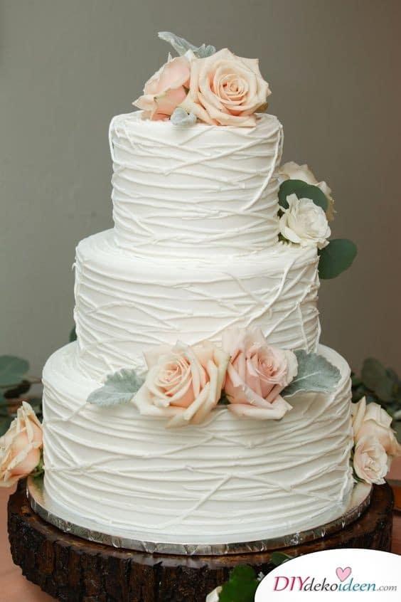 Hochzeitstorte dekorieren mit Buttercreme und Blumen