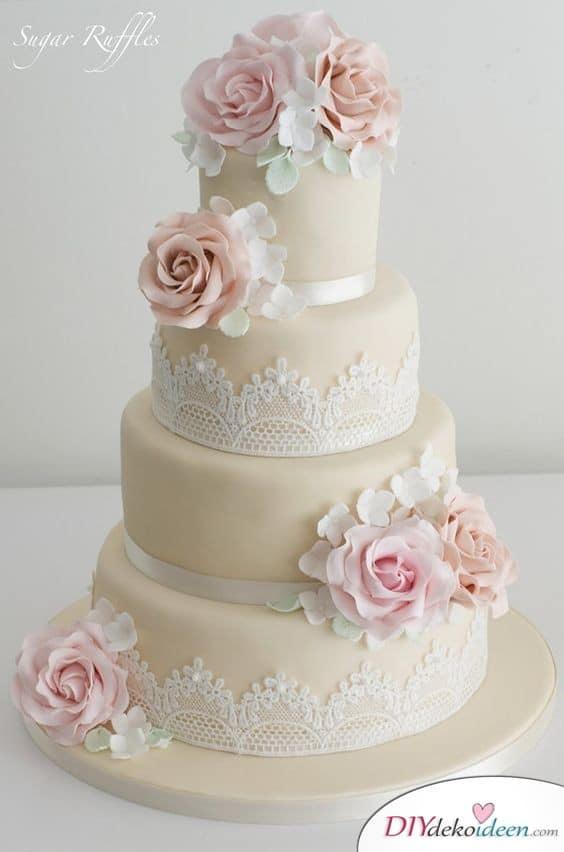 Echte Spitze, Blüten und Bänder – Hochzeitstorten