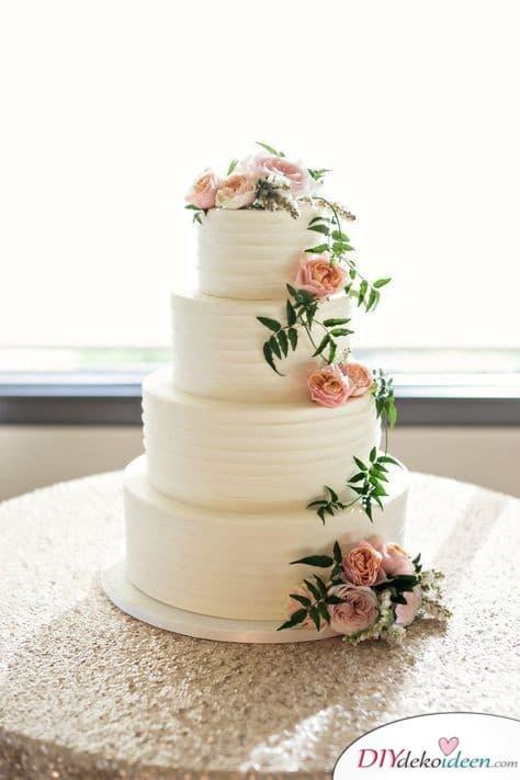 Echte Blüten und Zweige Tortendeko zur Hochzeit