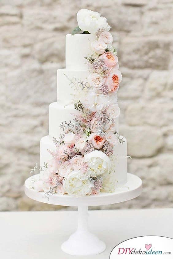 Mehrstöckige Hochzeitstorte mit Blüten