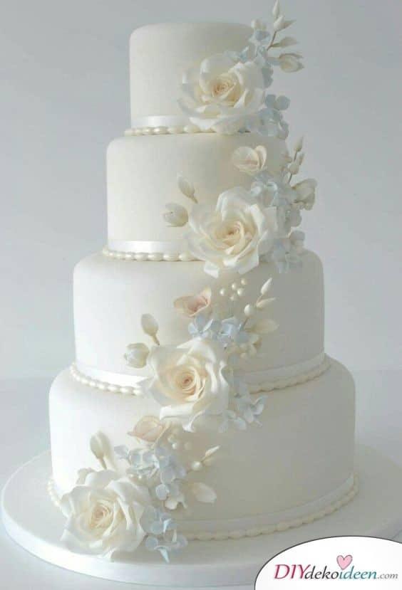 Hochzeitstorte in Weiß und Creme