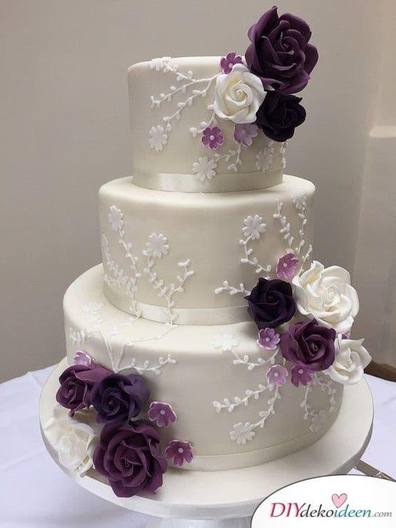Hochzeitstorte dekorieren mit Zuckerspitze und Blüten