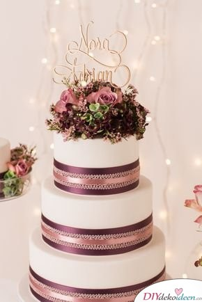 Tortendeko zur Hochzeit mit Bändern und echten Blüten