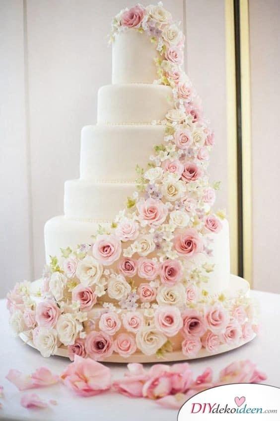Hochzeitstorte dekorieren mit farbenfrohen Stoffblüten