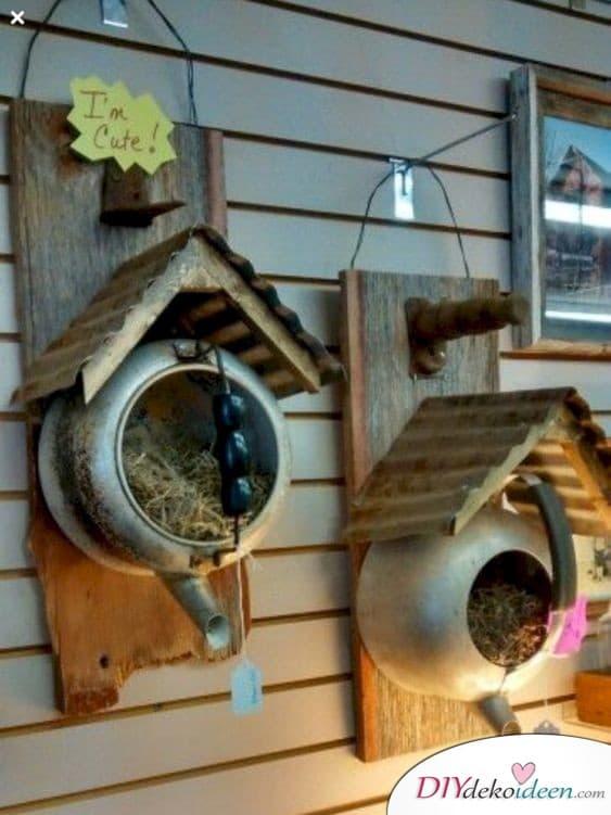 Vogelhäuschen aus Teekannen - Frühlingsdekorationen im Garten