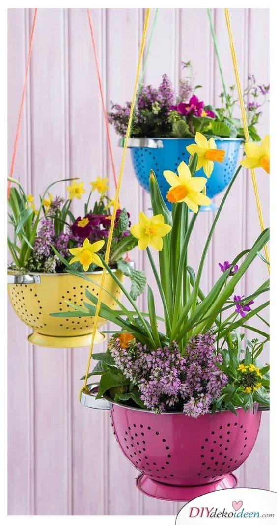 Frühlingsdeko basteln – Blumenampeln aus Sieben