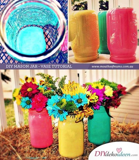 Bunte Vasen - Frühlingsdekorationen im Garten
