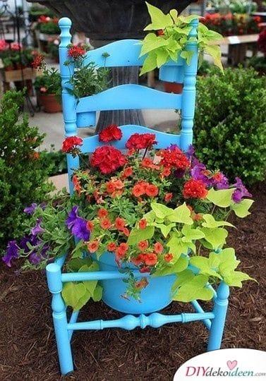 Stuhl mit Blumentopf - Frühlingsdeko im Garten