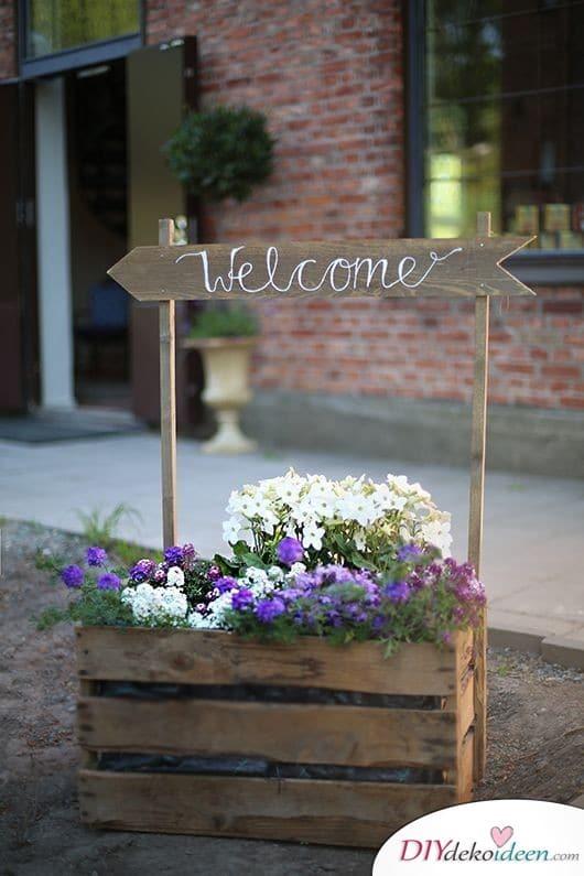 Blumenkasten mit Willkommensschild - Frühlingsdeko im Garten