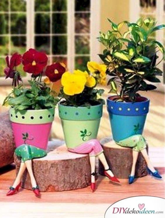 Frühlingsgartendeko mit Blumentöpfen