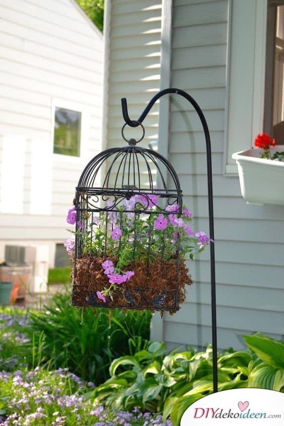Bepflanzter Vogelkäfig - Frühlingsdeko für die Terrasse