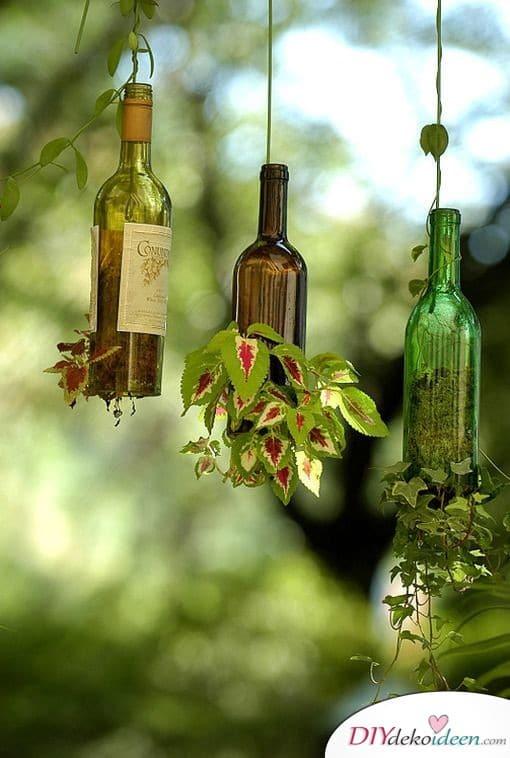 Frühlingsdeko im Garten – Bepflanzte Weinflaschen