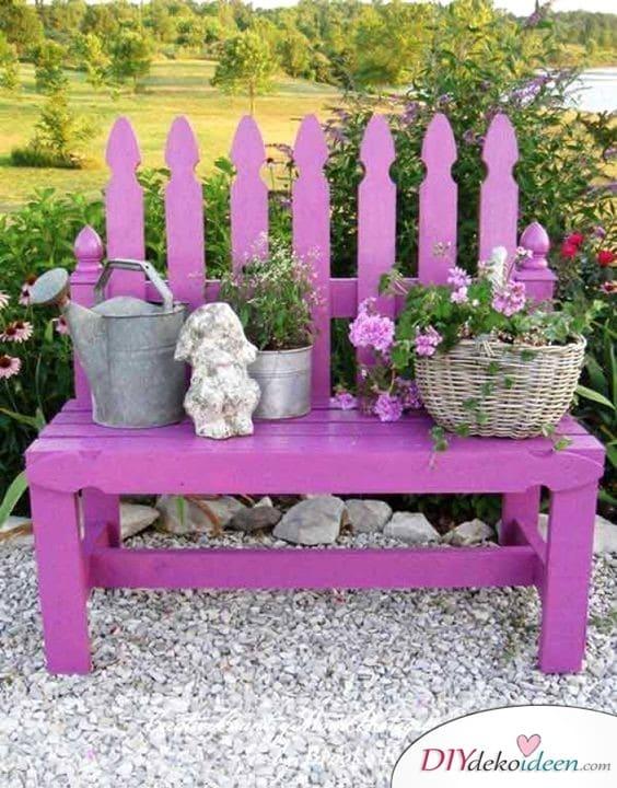 Gartenbank mit Frühlingsdeko