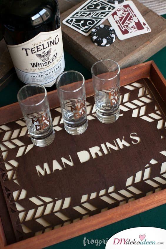 Bedruckte Gläser und Tabletts für die Männerparty