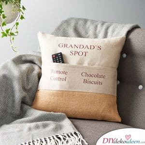 Opas Ecke – Kissen mit Fach für die Fernbedienung