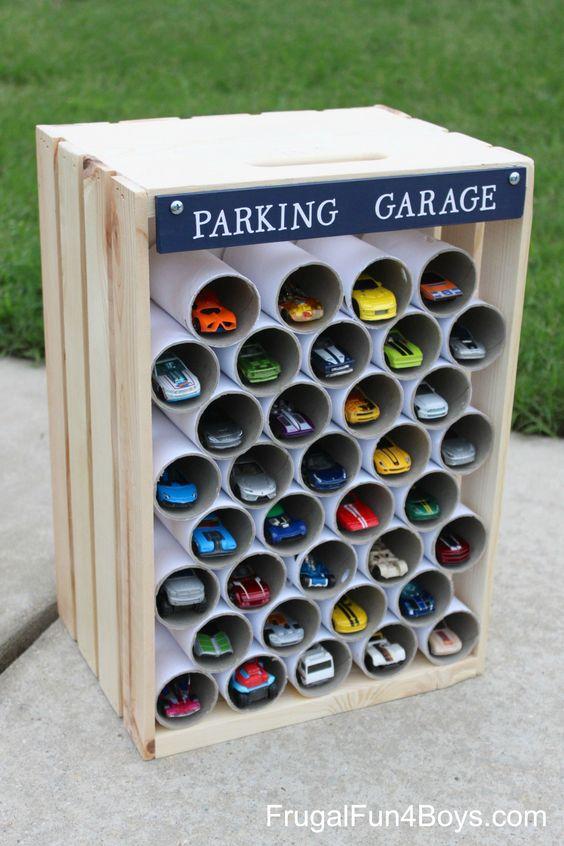Parkgarage für Spielzeugautos - kleine Geschenke für Jungs basteln