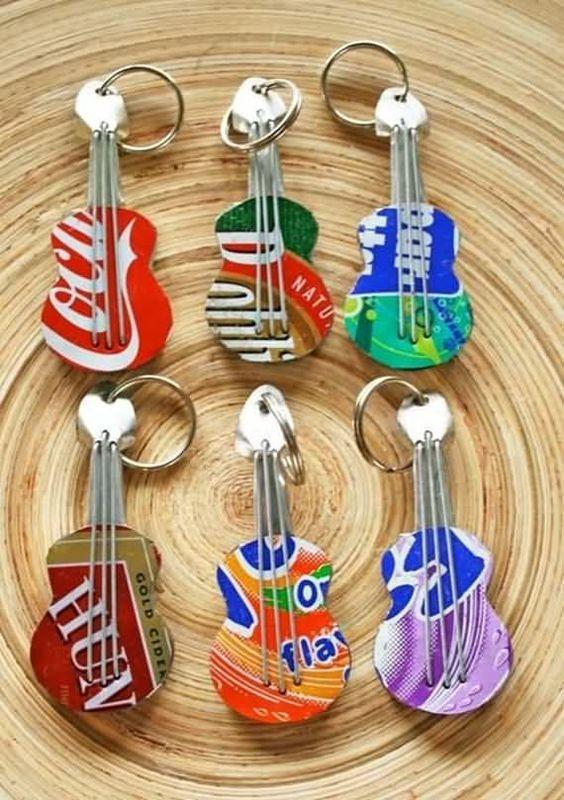 Gitarrenschlüsselanhänger aus Getränkedosen – Geschenk selbermachen