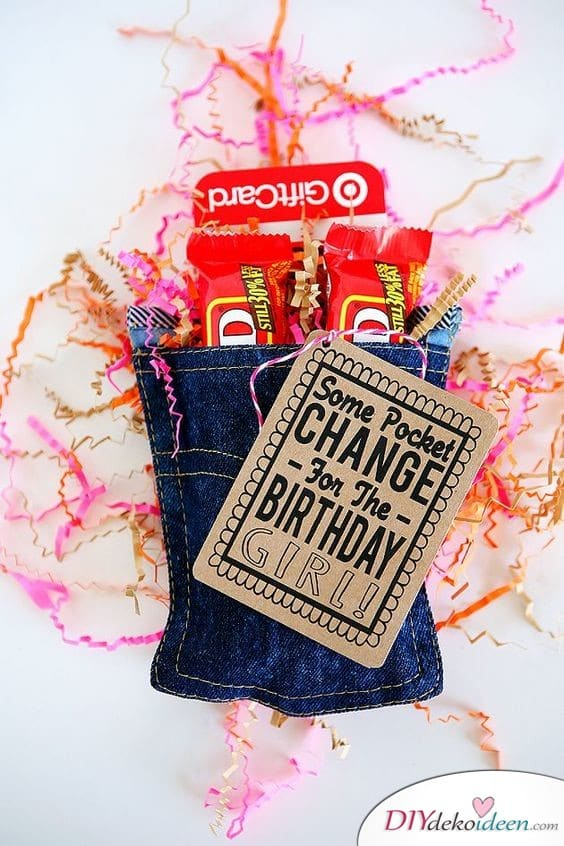 Hosentasche mit Schokoriegeln - Geburtstagsgeschenke für Frauen selber basteln
