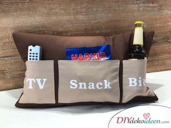 Kissen mit Bierhalter und Snacktasche – Geschenkidee