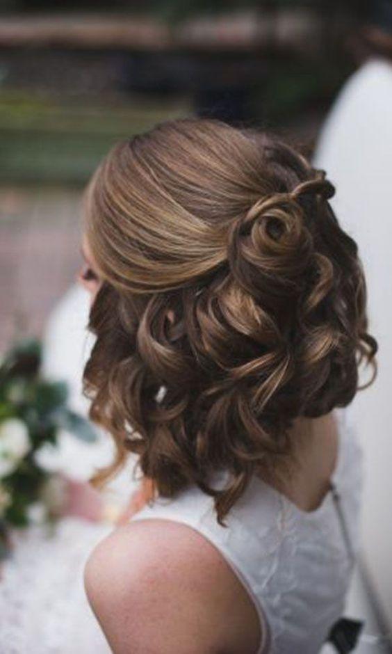 Halboffene Frisur mit Haarrosen