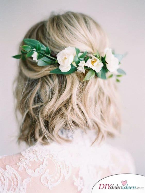 Halboffene Frisur mit Blumengesteck - Hochzeitsfrisuren für mittellanges Haar selber machen