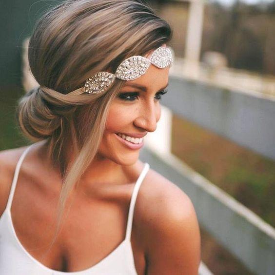 Hochzeitsfrisuren für mittellanges Haar – Dutt mit Haarband