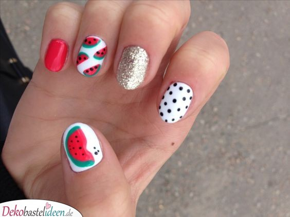Frische Sommernägel mit Melonenmotiv