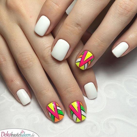 Sommerliche Nägel mit geometrischem Muster
